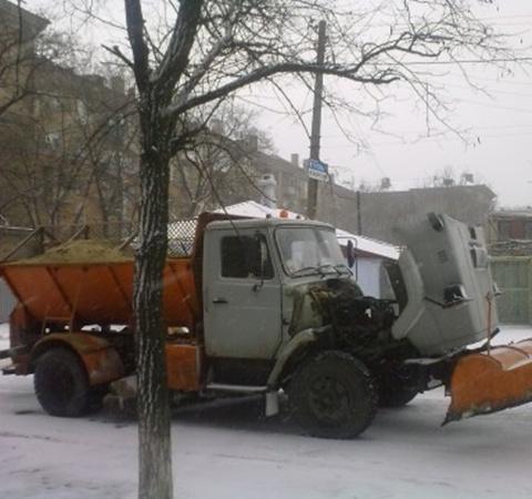 Сильный снегопад выводит из строя снегоуборочную технику. Фото: 0629.