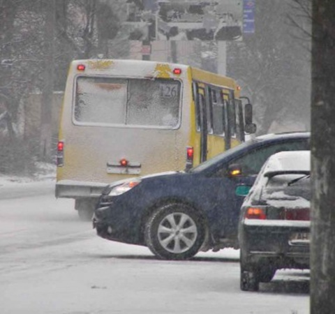 Сильный снегопад увеличивает аварийную ситуацию на дорогах. Фото: 0629.