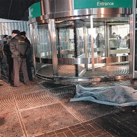 Милиции долго придется разбираться, как могла случиться трагедия, которая привела к такому количеству жертв. Фото Владимира СМОЛЯКОВА.