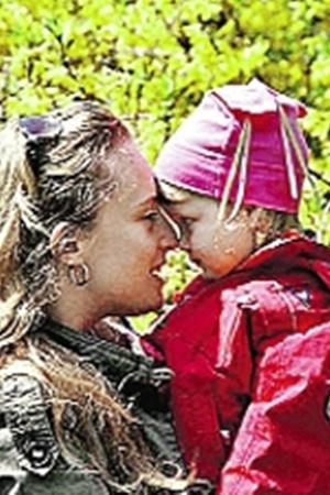 Анна со своей маленькой дочкой. Малышке сказали, что мама просто уехала далеко-далеко.