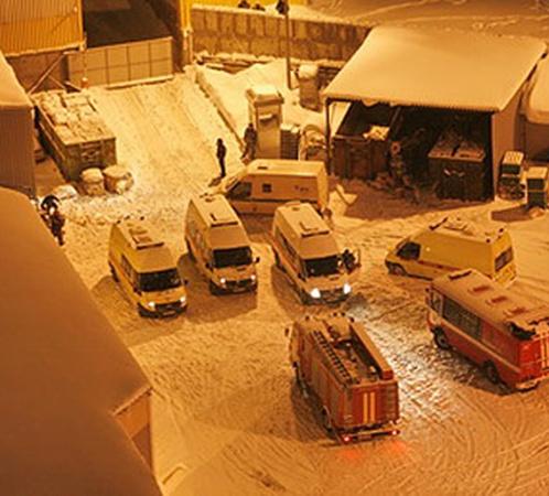 У гипермаркета до последнего дежурили машины скорой. Фото: Тимур ХАНОВ
