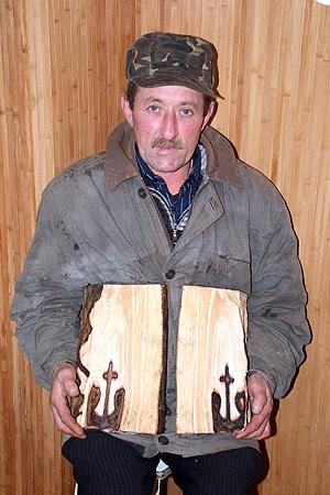 Иван Федак уникальное полено решил на растопку не пускать - вдруг в музей заберут.