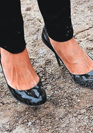 2. ...испортила туфли.