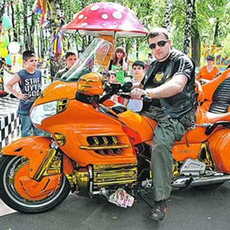 На крутом мотоцикле «Леха Николаев» смотрится как заправский байкер.