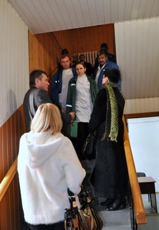Фото из Центрального суда Симферополя. В коридоре дежурят врачи. Они готовы оказать Гриценко немедленную помощь. Фото Парубова