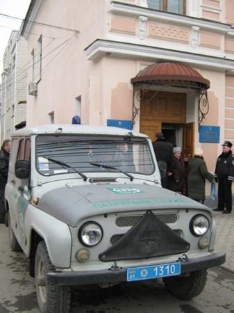 На этой машине Гриценко привезли и увезли из Центрального райсуда в Симферополе. Фото Антонины Туровской