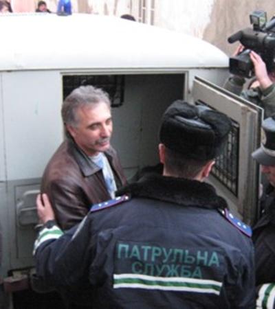 Анатолий Гриценко вышел из здания суда и заявил журналистам, что не согласен с решением судьи. Фото Антонины Туровской