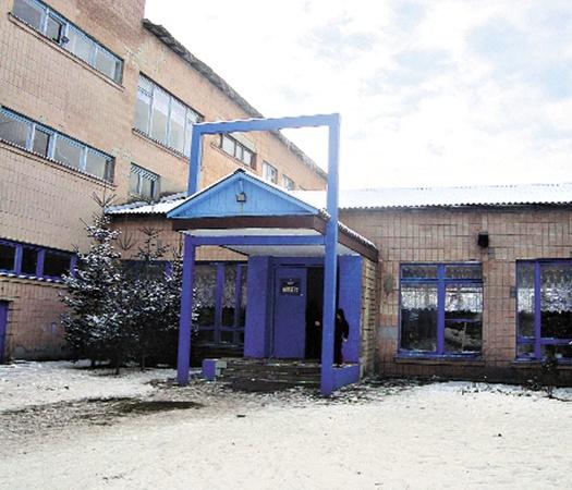 В школе, где произошло ЧП, от случившегося не могут отойти ни ученики, ни педагоги.