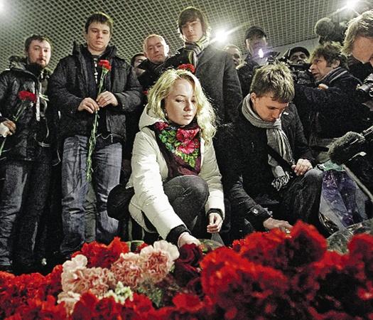 Аэропорт «Домодедово». Цветы на месте  трагедии.