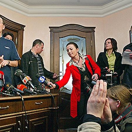 В 2007-м следователи приходили с обыском к Луценко домой (на фото он дает интервью журналистам в своей квартире). Случайно или нет, но эта квартира записана на супругу. Фото УНИАН.