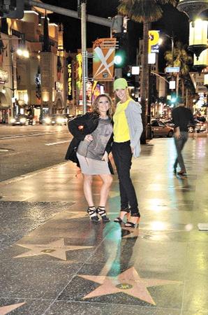 Катя и Наташа прогулялись по голливудской Аллее Звезд.