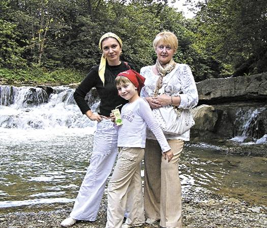 Раньше Елена Бондаренко любила с семьей отдыхать в Карпатах (на фото с дочкой и свекровью). Но после рождения сына приходится больше времени проводить дома.