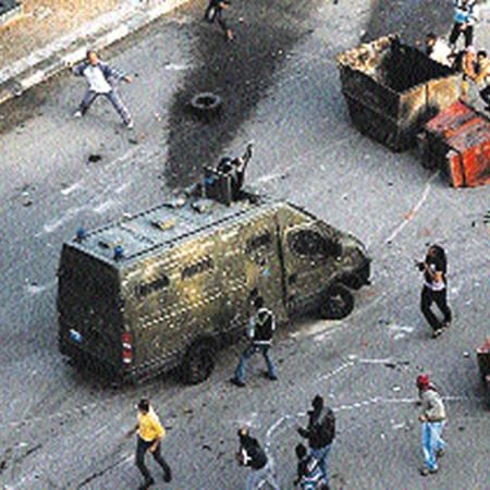 Такие стычки протестующих с полицией, которая пока в основном сохраняет верность режиму, идут сейчас по всему Каиру.