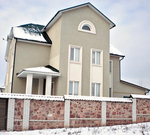 Участок с четырехэтажным домом (на фото) исполнительная служба продала за 195 тыс. грн.
