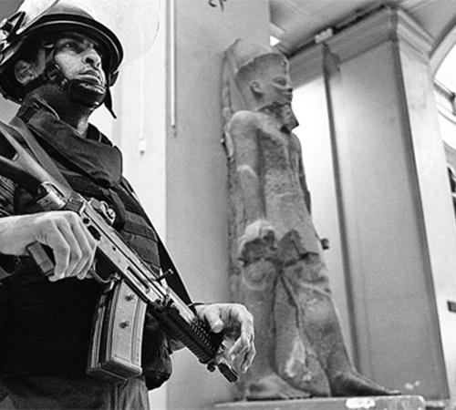 Армия начала наводить порядок в Каире. Под усиленный контроль взяты важнейшие городские объекты, в том числе Национальный музей, едва не разграбленный погромщиками. Фото АП.