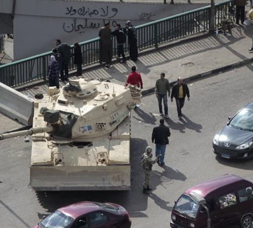 Бронетехника перегородила мосты через Нил и основные магистрали Каира.