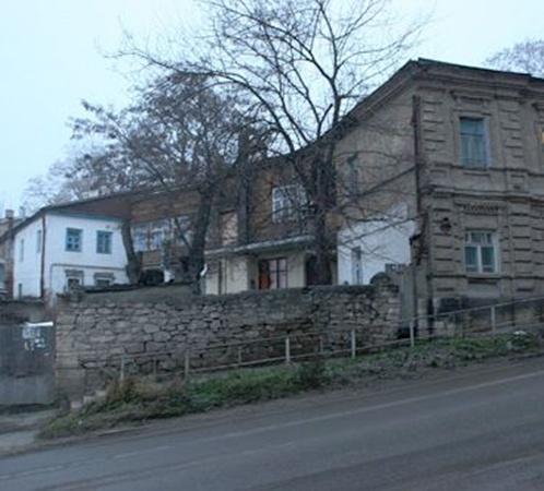 Квартира Виталия Раздобудько - на первом этаже этого дома. Окна темные, похоже, хозяин срочно скрылся. Никто до сих пор не может точно сказать, куда.