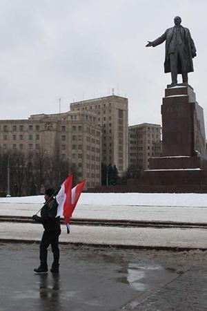 Египтянин Арафа Радван решил поддерживать своих соотечественников и объявил о начале бессрочной акции в поддержку революции, которая сейчас проходит в Египте. Для этого ежедневно в обед он будет выходить с национальными флагами своей страны к памятнику Ленину на площади Свободы в Харькове. Он будет стоять здесь до тех пор, пока на его родине не станет снова спокойно.