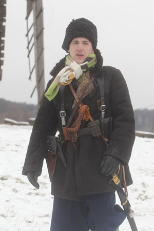 В перерывах между съемками Артур Смолянинов повязывал горло современным шарфиком.