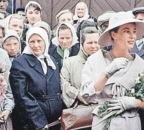 Первый показ мод Кристиана Диора в СССР (журнал Life, 1959 г.). Внешний вид французских манекенщиц вызывает у советских женщин ощущение шока.
