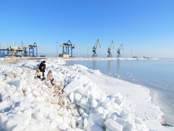 Приазовье завалило громадными ледяными глыбами. Фото: Александр ИЛЬЧЕНКО.