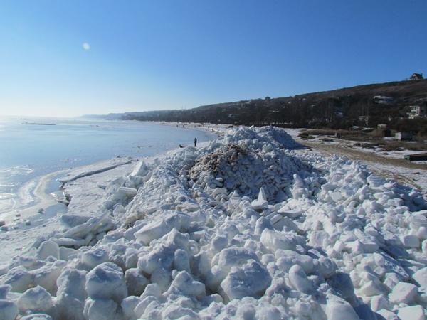 Берег Азовского моря на несколько сот метров усеяли ледяные глыбы. Фото: Александр ИЛЬЧЕНКО.
