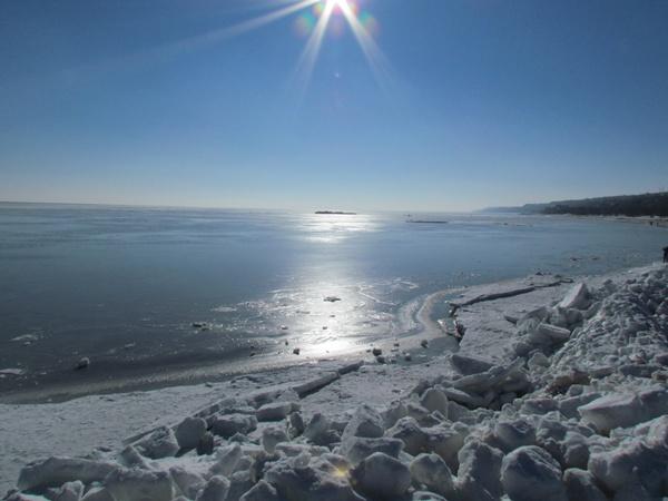 Виной всему стали ветра, которые пригнали лед к мариупольскому берегу. Фото: Александр ИЛЬЧЕНКО.
