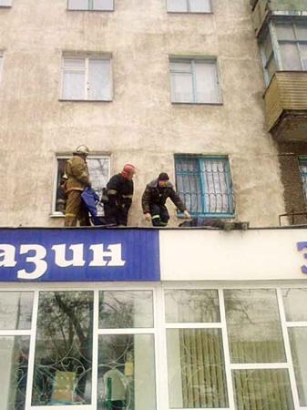 Вчера 64-летний мариуполец выбросился из окна своей квартиры. Фото: Николая Рябченко.