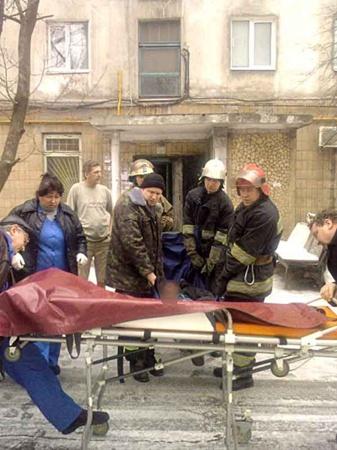 Мариупольчанин выбросился из окна многоэтажного дома. Фото: Николая Рябченко.