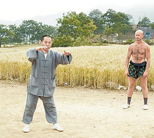 Андрей в Китае - на занятии со своим учителем-монахом.