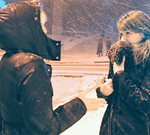 Настя (слева) согласилась пообщаться с нашим корреспондентом, но, вспомнив то, что ей пришлось пережить, девушка разрыдалась и убежала.