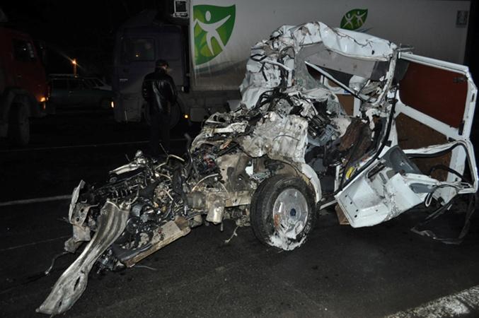 На огромной скорости бус протаранил прицеп и буквально подлетел под грузовик. Фото с сайта www.pn.mk.ua