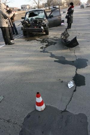 «Десятка» не справилась с управлением и влетела в фуру. Фото: www.ilich.in.ua.