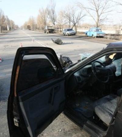 В Мариуполе «десятка» выехала на встречку и влетела в металловоз. Фото: www.ilich.in.ua.