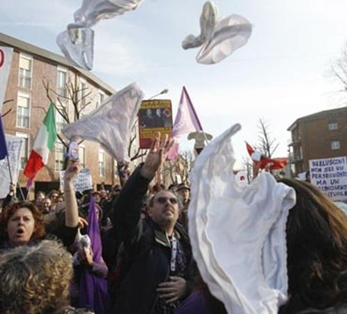 Похождения главы Италии на любовных фронтах вызвали шквал критики и нижнего белья Фото: АП