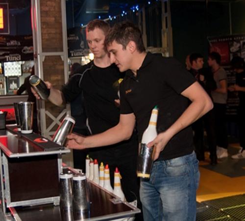 Фото Сергея ТАРАДАЕВА. Многие бармены готовили коктейли на основе фруктовых соков и цельных фруктов.