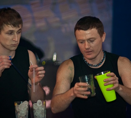Фото Сергея ТАРАДАЕВА. Кроме традиционных коктейлей, бармены готовили молекулярные – с использованием химических веществ.