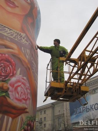 Домики и матрешки, которые украшали нашу площадь Свободы на Новый год, - тоже творчество команды Грека.