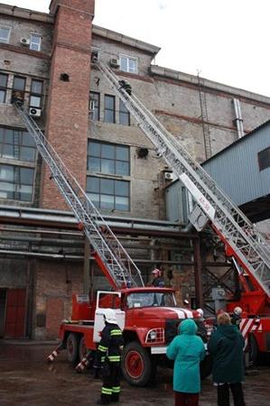 На место происшествия помчались 46 пожарных и 15 спецмашин.