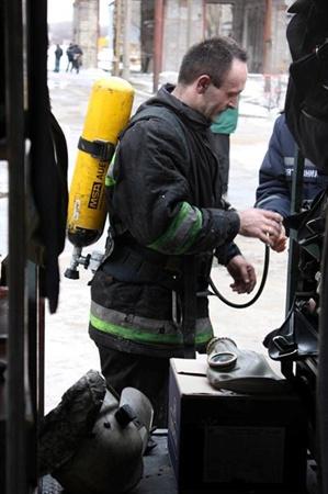 Спасатели выяснили, что очаг огня находится на пятом этаже семиэтажного здания бродильно-варильного цеха.