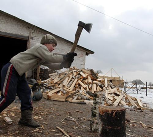 Тяжелую мужскую работу местные мальчишки учатся делать с детства.