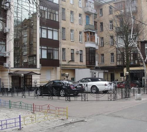 На стоянке во дворе дома Черновецких - автомобили с фирменными номерами мэра. Фото Александра КИТРАЛЯ.