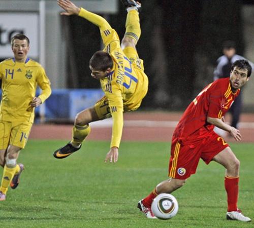 Автор первого гола в ворота соперников «горняк» Ярослав Ракицкий (в центре).