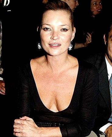 У Кейт Мосс небольшой и аккуратный бюст. Но это не значит, что выходя в свет, можно позабыть про бюстгальтер.