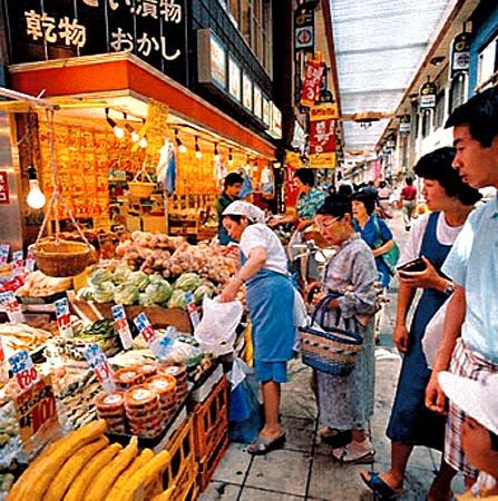 В Японии - культ свежих продуктов. Все закупается рано утром на рынке. Роллы из крабовых палочек там вызвали бы фурор.