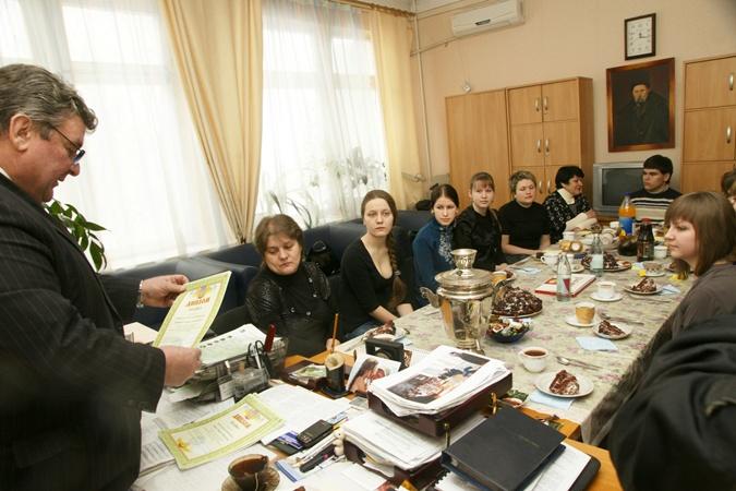 Отличившихся родителей и наградили, и угостили. Фото пресс-службы ДНУ им. Олеся Гончара.