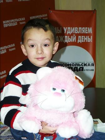 Фото Марины ЯКИМОВОЙ. Накануне Нового года мальчику подарили живокого котенка, которого он назвал Вили.