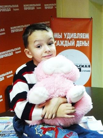 Фото Марины ЯКИМОВОЙ. Мальчик очень любит кошек и мультфильмы про животных.