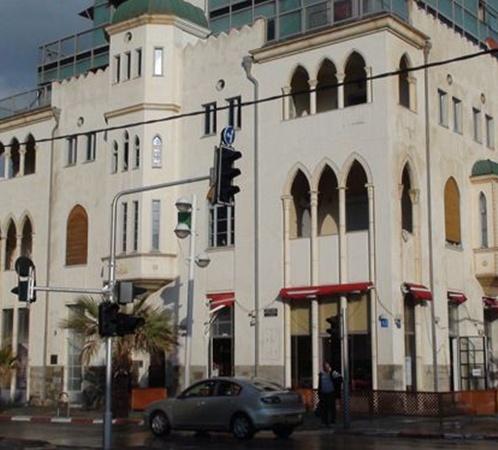 В квартире на втором этаже этого дома, расположенного на одной из центральных улиц Тель-Авива, Козаков жил до 15 января. Оттуда он отправился в больницу.