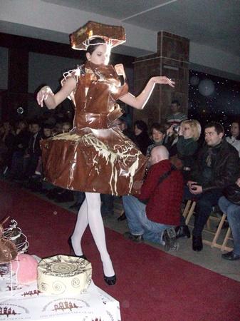 Девушки в коротеньких пышных платьицах шоколадного или белого цвета выходили на подиум...